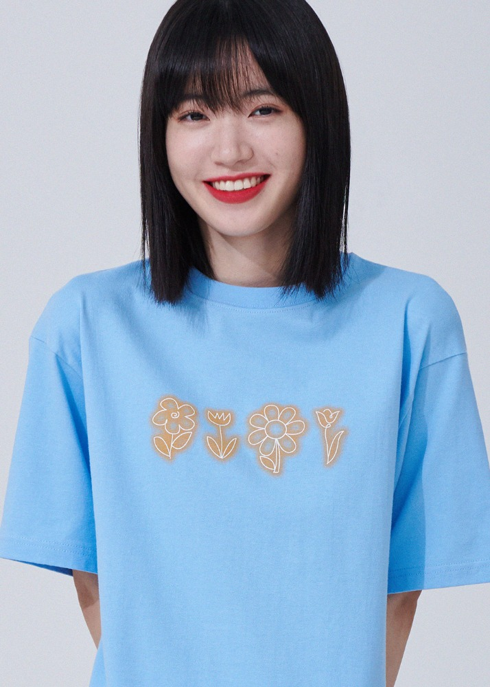[웨이션브이 윈윈 착용] Flower drawing Overfit T-shirts [SKY BLUE][웨이션브이 윈윈 착용] Flower drawing Overfit T-shirts [SKY BLUE]자체브랜드