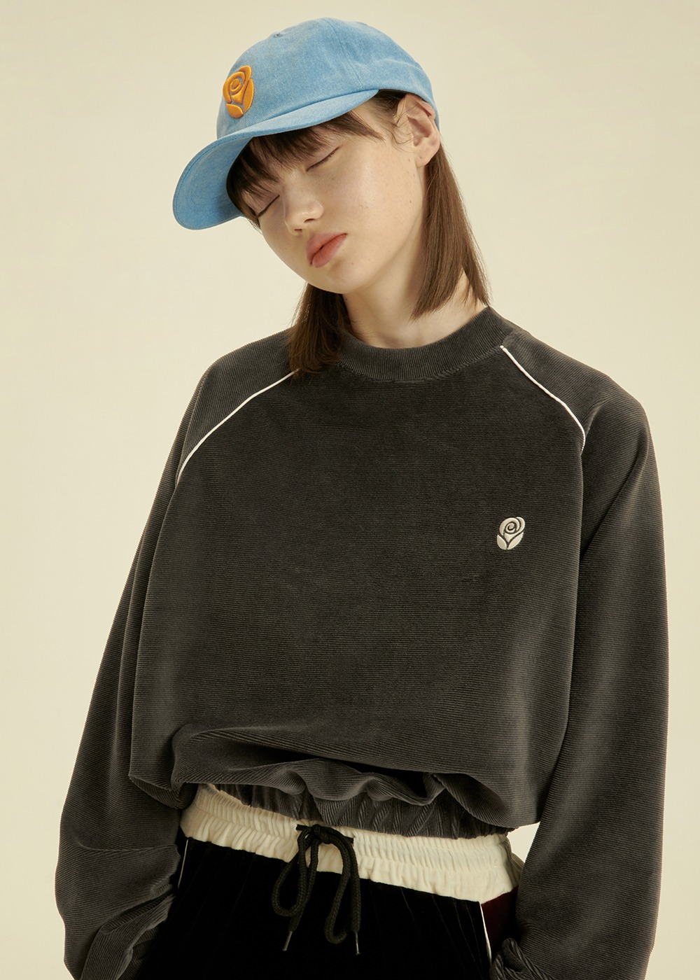 Velvet Rose Crop Sweatshirt [CHARCOAL]Velvet Rose Crop Sweatshirt [CHARCOAL]자체브랜드